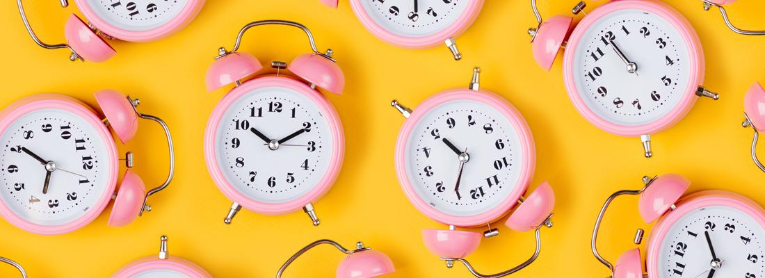 許多色彩鮮艷的時鐘