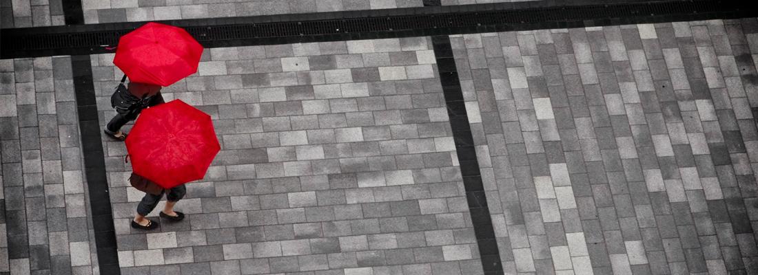 兩支紅傘的鳥瞰街景圖
